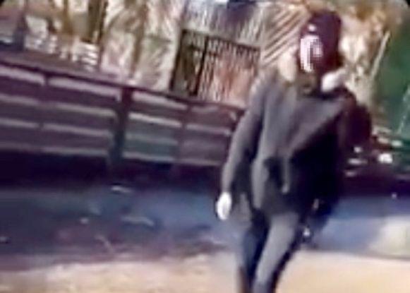 De derde dader wandelt weg nadat hij het slachtoffer gestampt heeft.