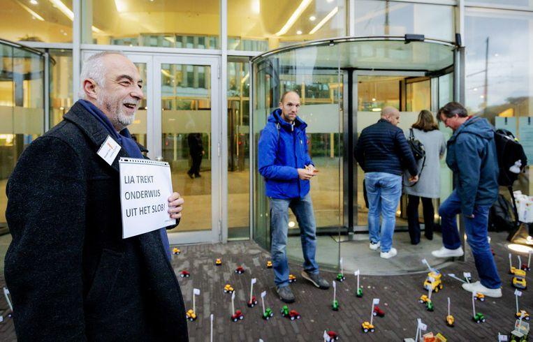 Bij het ministerie van Onderwijs in Den Haag 'blokkeren' leraren de ingang met speelgoedtractortjes, een knipoog naar de diverse boerenprotesten in de stad.