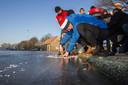 Foto ter illustratie. Competitieleider Marathon Willem Hut van de KNSB keurt het ijs van de ijsbaan van ijsvereniging Haaskbergen in januari 2016. De KNSB bepaalt waar de eerste marathon op natuurijs wordt gereden.