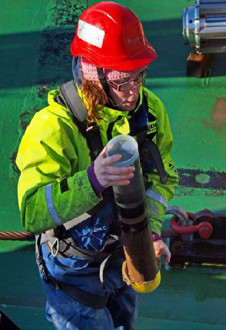 Jorien Vonk met een moddermonster van de zeebodem. Beeld Michael Tjernstrom