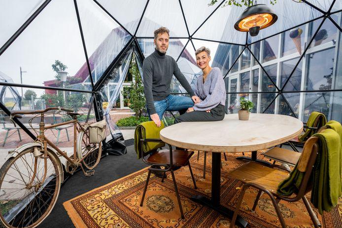 Freek Hol (links) bij de Domes die op het buitenterras bij PAND Pannenkoeken in Schalkwijk zijn neergezet. De Domes konden alleen woensdag nog worden gebruikt, daarna moest het restaurant de deuren sluiten vanwege de nieuwe coronamaatregelen.