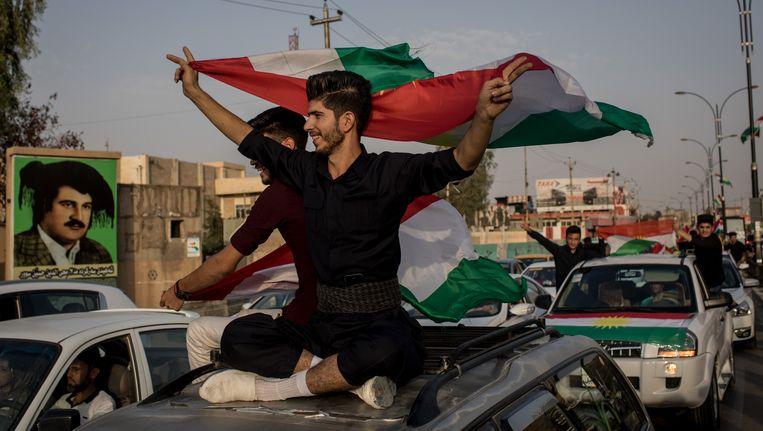 Feestende Koerden op straat in Kirkuk.