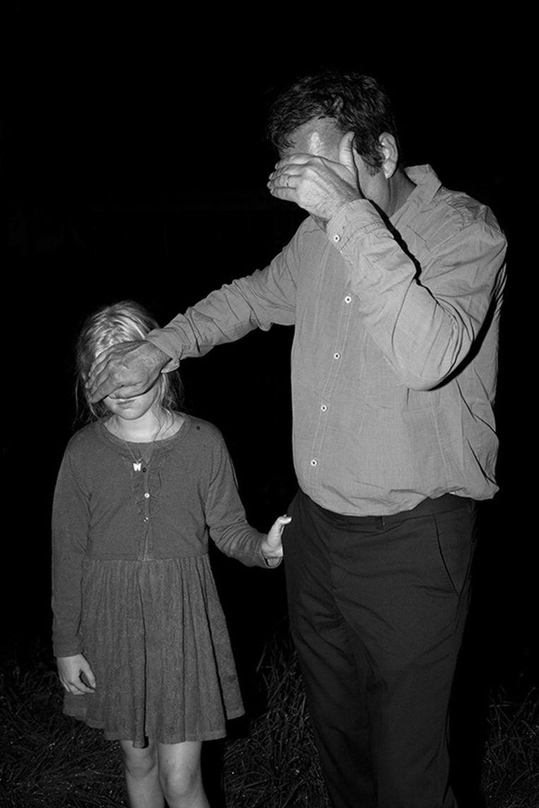 Man met kind uit de serie Hinterland, 2014 Beeld Tom Callemin
