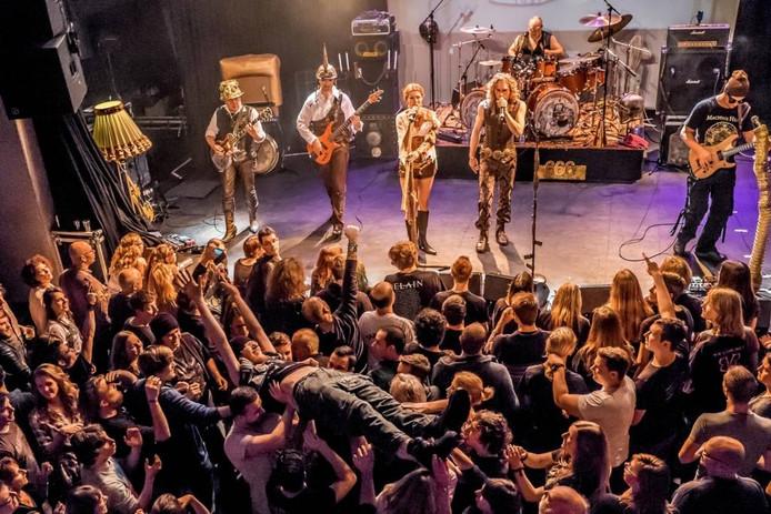 Bergse rockcoverband 666 The Nightmare vierde het vijftienjarig bestaan in een vol Gebouw-T