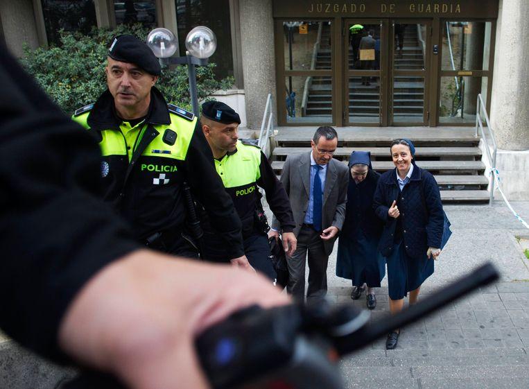 De beschuldigde non met haar advocaat en begeleidster bij de rechtbank in Madrid. Beeld REUTERS