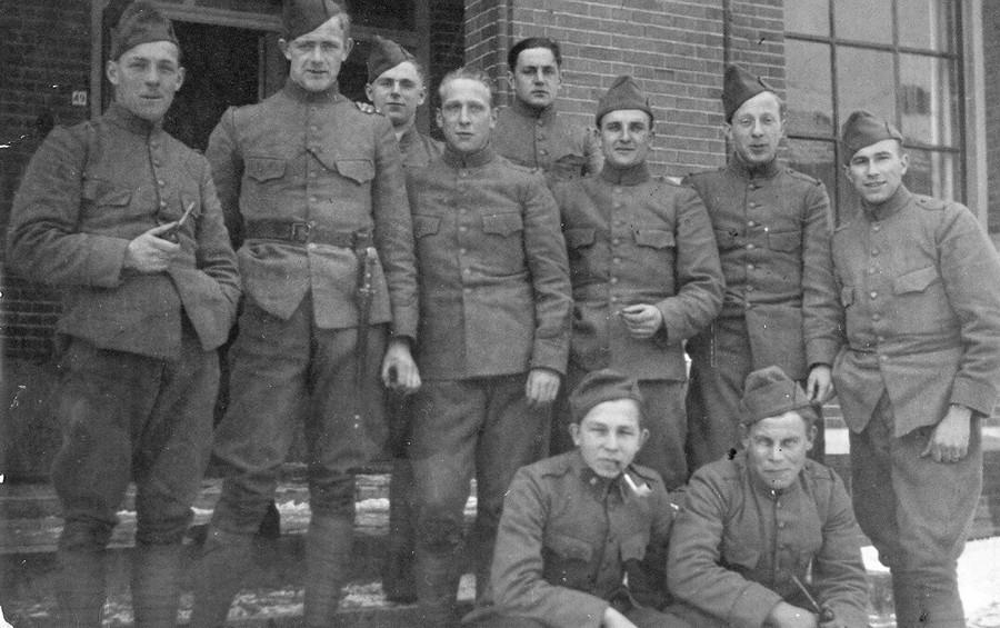Soldaat Haggeman (rechts) met zijn maten, gemobiliseerd voor de slag op de Grebbeberg.