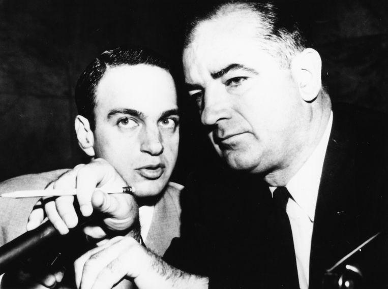 Roy Cohn (links) en Joseph McCarthy, 1954. Beeld Getty