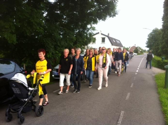De voetballers van Wilhelmina '26 op protestmars.