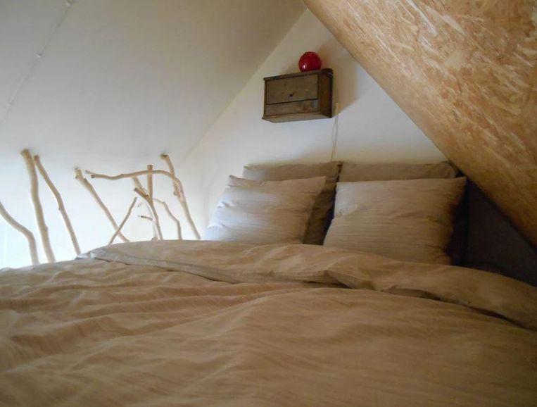 Onder het dak werd een gezellig slaapkamertje geïnstalleerd.