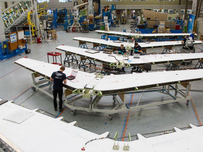 Bij Fokker in Papendrecht werken zo'n 900 mensen aan bijvoorbeeld vleugels en staarten voor vliegtuigen voor de civiele en militaire luchtvaart.