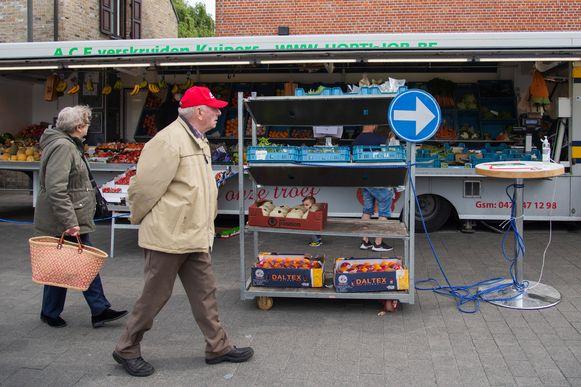 Marktbezoekers volgend de wandelrichting