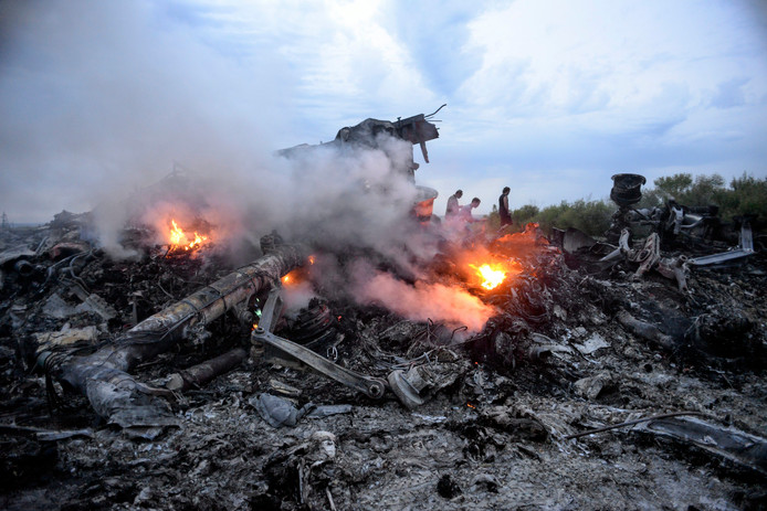 Smeulende resten van de Boeing 777 die op 17 juli neerstortte in Oekraïne.