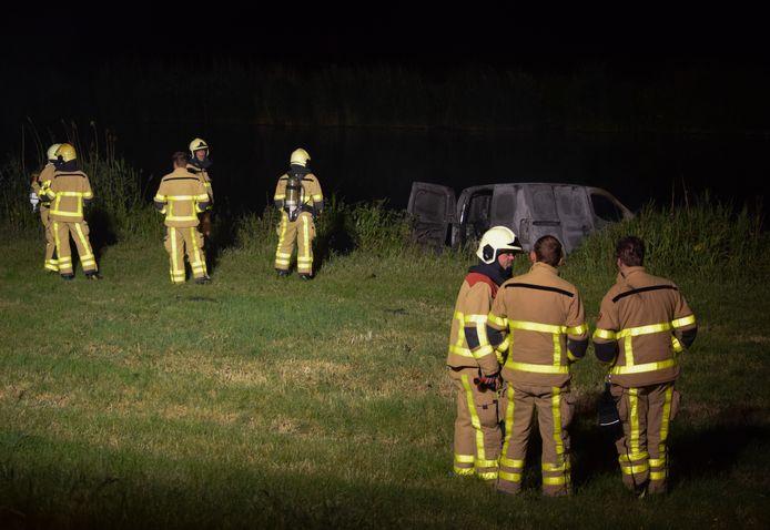 Brandweerlieden troffen de bestelwagen brandend aan.