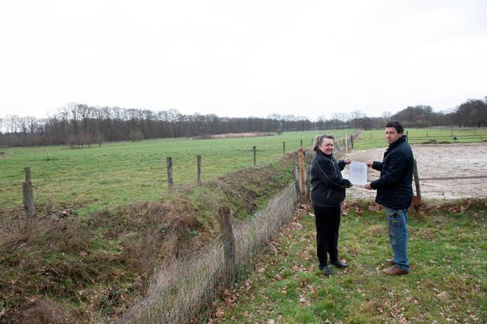 Gerard Verweijen en Karin Wawczijnkiewicz hebben nu nog een mooi uitzicht, ze vrezen dat dat met de komst van een herenboerderij niet meer zo is.