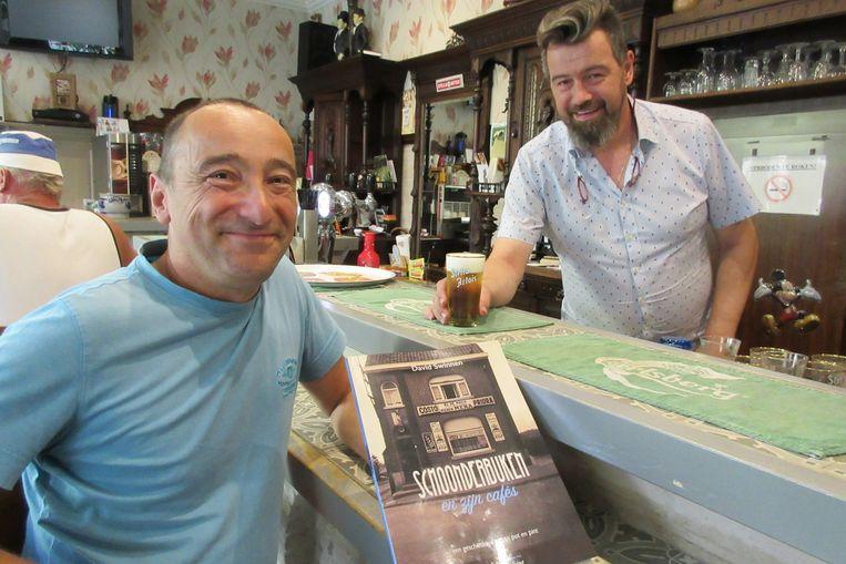 David Swinnen met zijn boek over de cafés van Schoonderbuken, aan de toog van Oud Schunnebroeck van Steve De Blick (rechts)