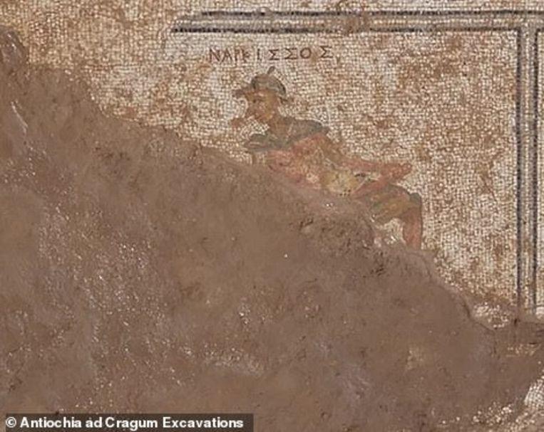 Narcissus , afgebeeld met een lelijke neus en kijkend naar zijn fallus: volgens de archeologen duidelijk een humoristisch tafereel.