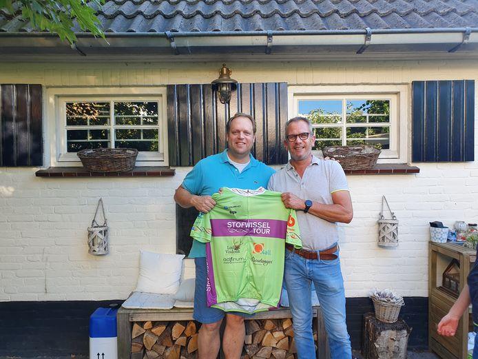 Voorzitter Gijs de Bot van de Volksronde met Marcus van Amen, de vader van twee kinderen die lijden aan een stofwisselingsziekte.
