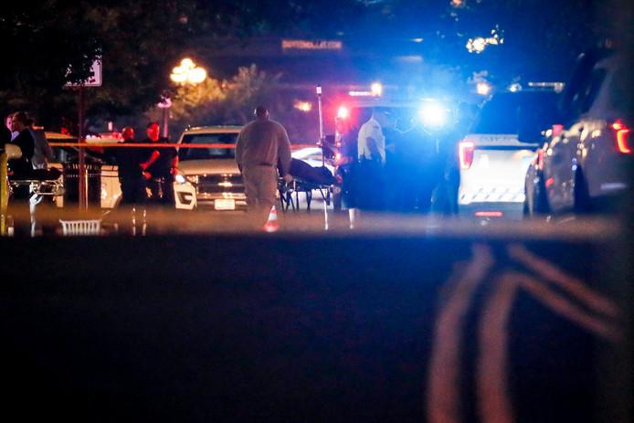 Hulpverleners halen lichamen weg van de plek van de schietpartij in Dayton.