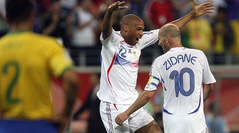 Thierry Henry viert met Zinedine Zidane. Ze hebben zonet het Brazilië van Ronaldo en Ronaldinho uitgeschakeld op het WK van 2006.