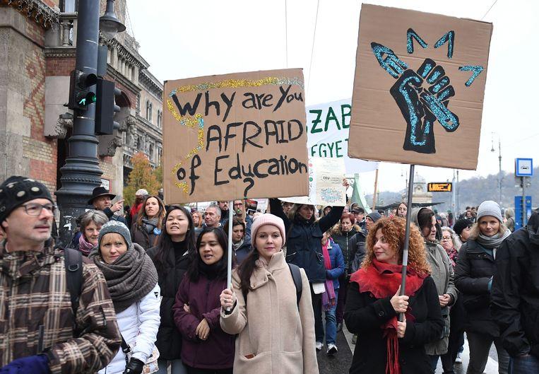 Een protestmars tegen het onderwijsbeleid van de Hongaarse regering in de hoofdstad Boedapest, 24 november 2018. Beeld AFP