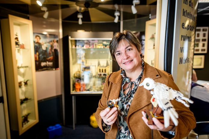 Linda Edens bij de kleine expositie van haar Lego-werken in het Huis van Katoen en Nu.