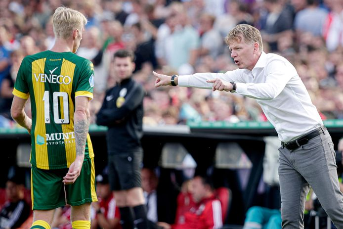 Lex Immers luistert naar aanwijzingen van zijn trainer Fons Groenendijk.