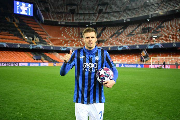 Josip Ilicic met de wedstrijdbal na Valencia - Atalanta (3-4) op dinsdag 10 maart. De Sloveen scoorde die avond vier keer in een leeg Mestalla.