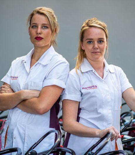 Longverpleegkundigen Maaike (24) en Janine: 'Nederland mag dan coronamoe zijn, wij zijn moe gestreden'