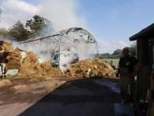 Loods verwoest door brandende hooiberg in Eindhoven: rook- en stankoverlast tijdens nablussen