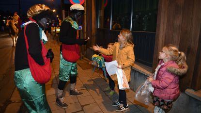 Sinterklaas trekt met zijn zwarte pieten door Sint-Joris-Weert