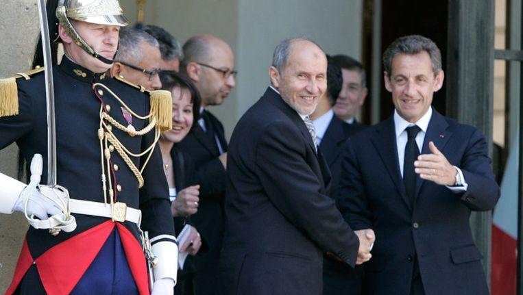 Nicolas Sarkozy (R) en Mustafa Abdel Jalil (L). © getty Beeld getty