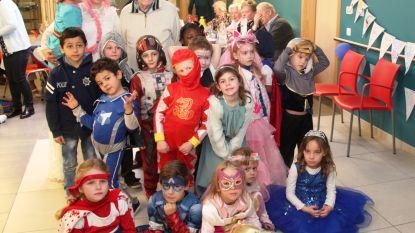 Kleutertjes feliciteren 'Petj' Romain met carnavalsdans voor 100ste verjaardag