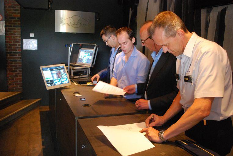 (v.l.n.r.) Manager Joachim Bosmans en eigenaar Guy Dierckx tekenen de overeenkomst in bijzijn van burgemeester Frank Boogaerts en korpschef Werner Cazaerck.