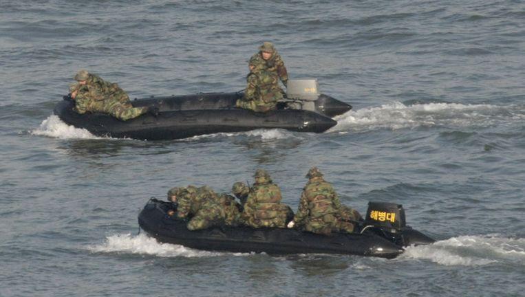 De Zuid-Koreaanse marine op zoek naar overlevenden van het gezonken schip. Foto AP Beeld