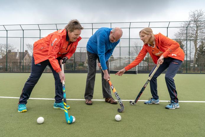 Dorine van den Berg (links) Wim Vermeulen en Yvonne Korsten  gaan walking hockey aanbieden op de velden van De Hopbel.