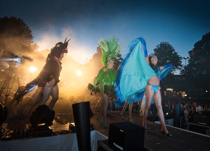 Al jarenlang de extravagante opening van de zomeravondfeestjes op de Oude Markt: Bölke Open Air.