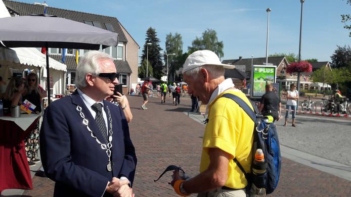 Burgemeester Willem 'bluesbrother' Gradisen spreekt de wandelaars moed in.