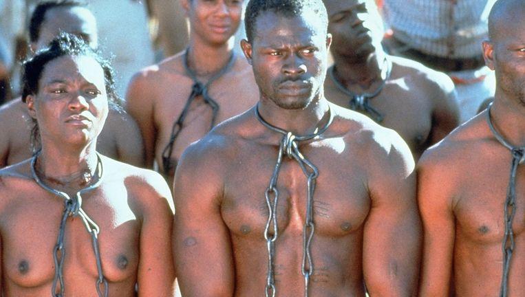 Geketende slaven in Steven Spielbergs speelfilm 'Amistad'(1997). De hoofdrol van Chinque (midden) werd vertolkt door Djimon Honsu. FOTO ANP Beeld