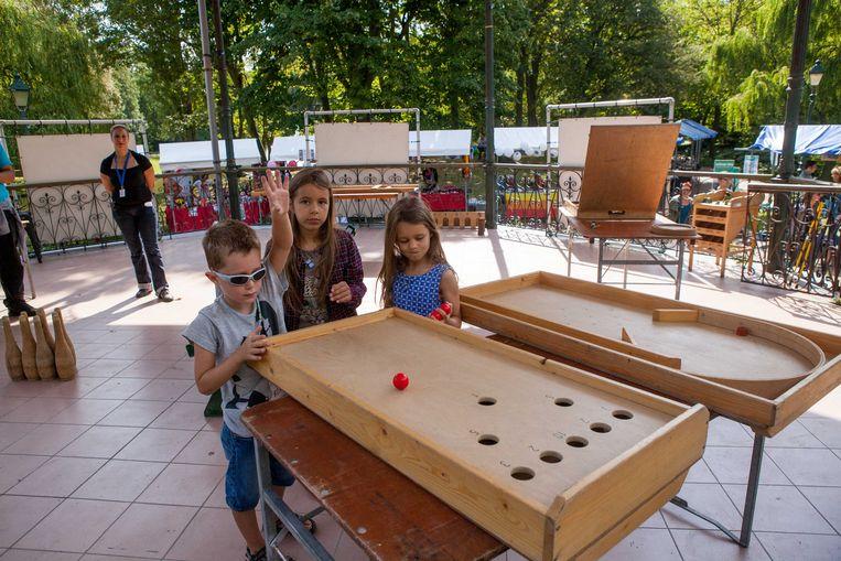 Owen, Ellen en Emma spelen volkspelen tijdens de derde editie van Feest in den Hof in het Leopoldpark.