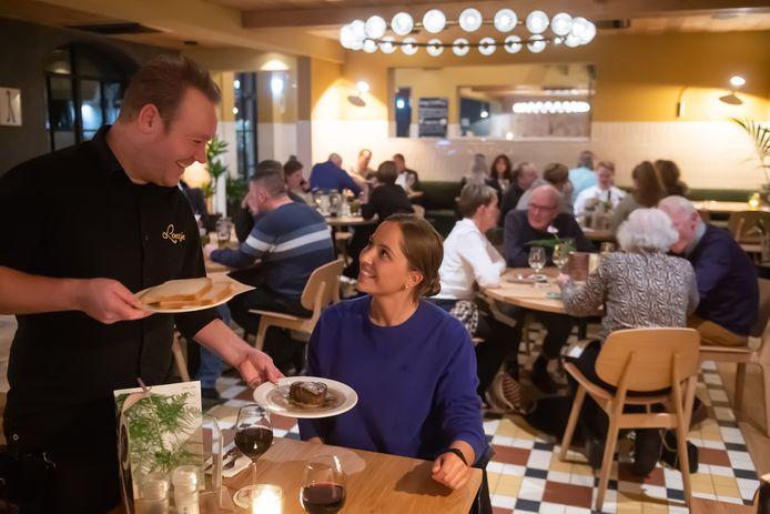 Breda - Pix4Profs/René Schotanus. Men serveert een biefstuk uit in restaurant Loetje in Breda.