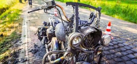 Harley-Davidson vat vlam tijdens de rit: compleet verwoest