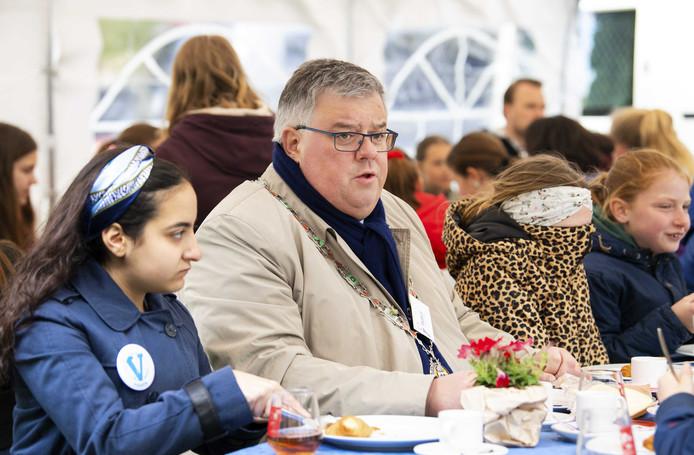 Burgemeester Bruls tijdens het kinderontbijt op 5 mei.