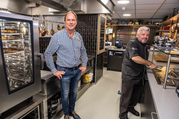 Ardie Verharen in de keuken van Malderburch. Rechts kok Willy Janssen.