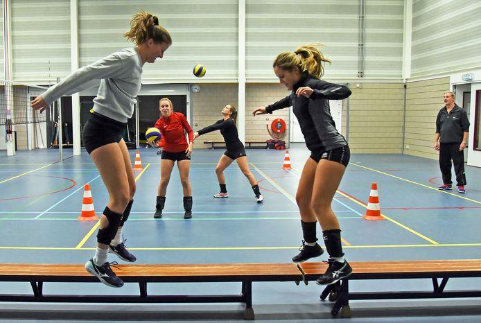 Stevo-trainer Guido de Beule (rechts) traint met viertallen. ,,Hopelijk blijft het bij vier weken.''