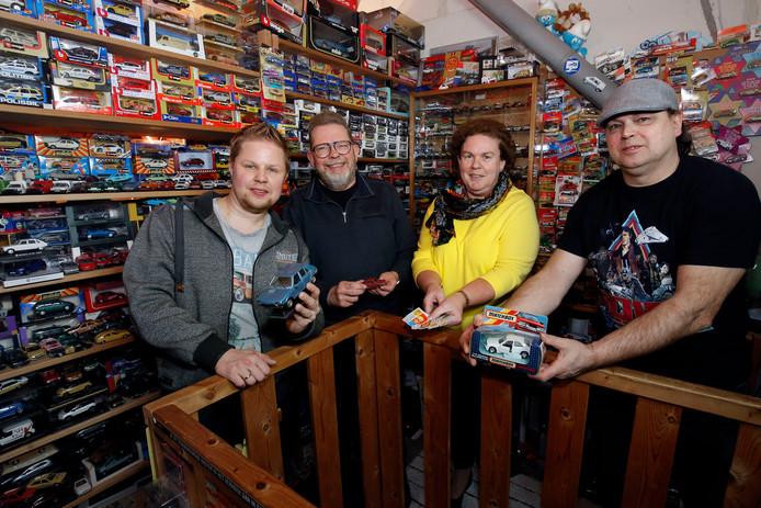 (vlnr) Auke Reinsma met een miniatuur Fiat Ritmo van zijn grootouders, Jacob Geurtsen met zijn allereerste Dinky Toy, Liset Versluis met kauwgomplaatjes, naast Bert van der Aa op zolder bij de modelauto-verzameling van Reinsma.