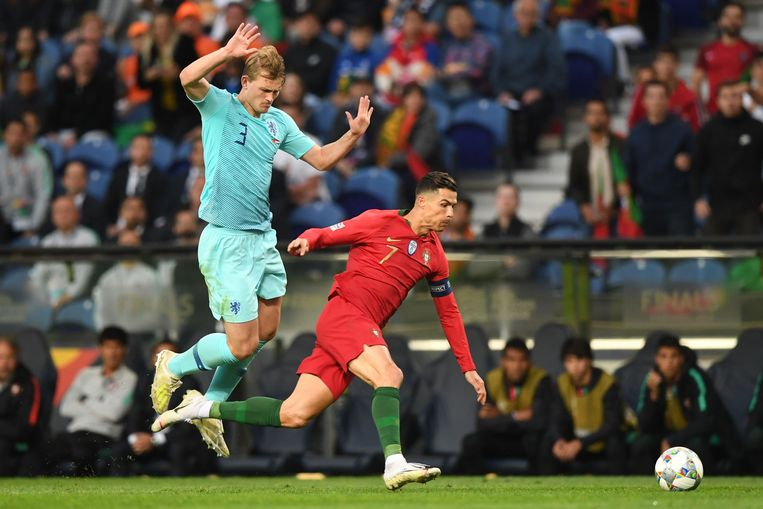 Netherlands' defender Matthijs De Ligt (L) vies with Portugal's forward Cristiano Ronaldo during the UEFA Nations League final football match between Portugal and The Netherlands at the Dragao Stadium in Porto on June 9, 2019. (Photo by PATRICIA DE MELO MOREIRA / AFP)