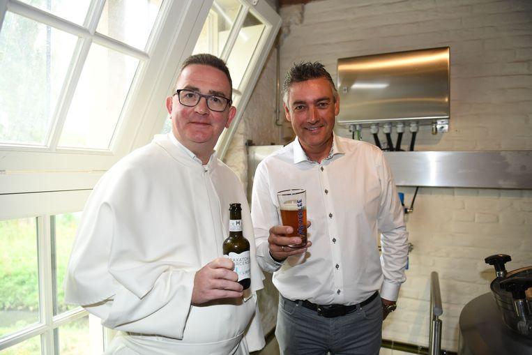 Pater Filip Noël en brouwer Joris Brams staan aan de wieg van de nieuwe brouwerij