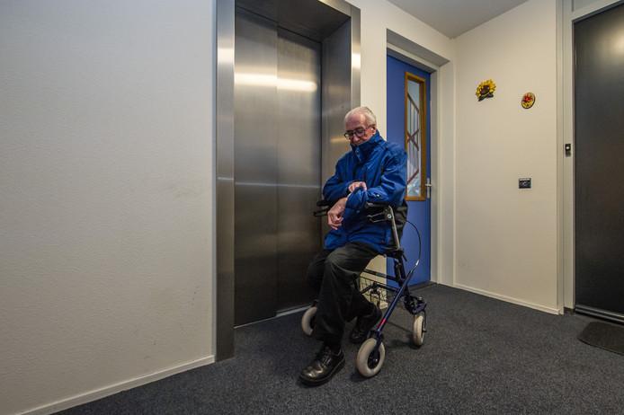 Arco Flink voor de weer eens gesloten liftdeur van de Barbarossatoren.