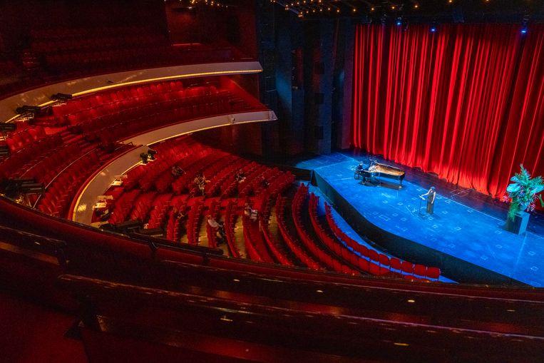 Claron McFadden in het enorme, lege auditorium van Nationale Opera & Ballet. Beeld Michel Schnater