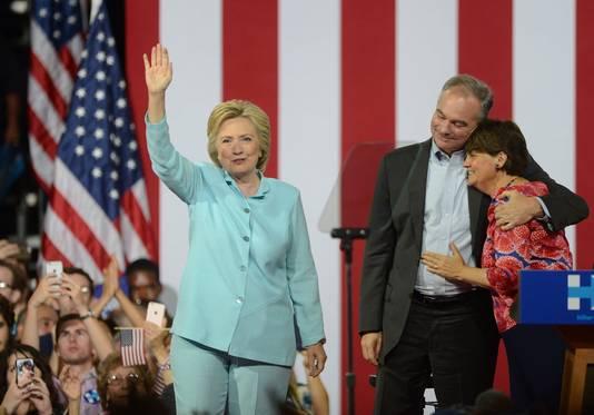 Clinton met running mate Tim Kaine en zijn vrouw.